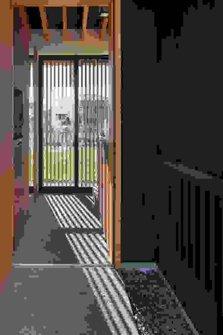 根來宏典建築研究所 ห้องโถงทางเดินและบันไดสมัยใหม่ ไม้ Black
