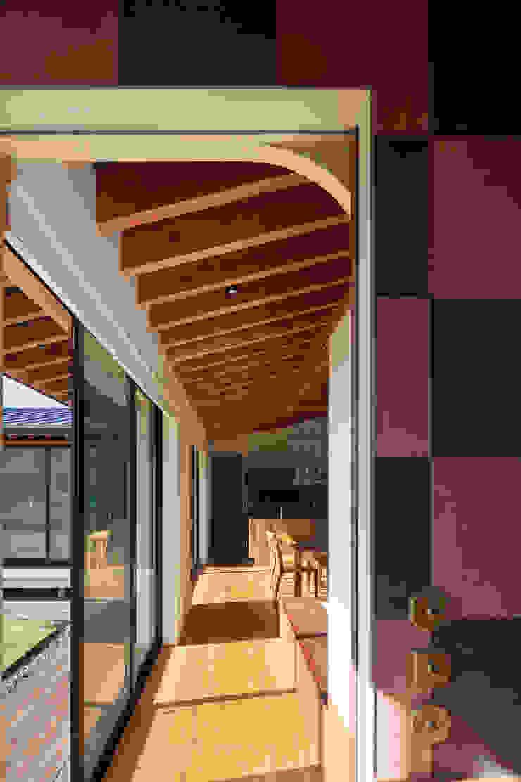 根來宏典建築研究所 ห้องโถงทางเดินและบันไดสมัยใหม่ ไม้ Pink
