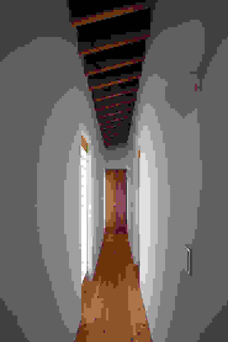 根來宏典建築研究所 ห้องโถงทางเดินและบันไดสมัยใหม่ ไม้จริง Wood effect