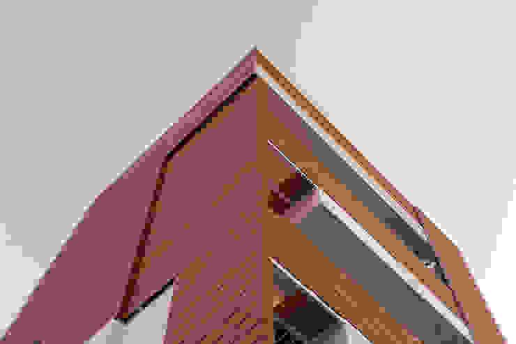 Rivestimento di palazzina residenziale, con TRESPA HPL a doghe effetto frangisole Sogimi spa Condominio Marrone