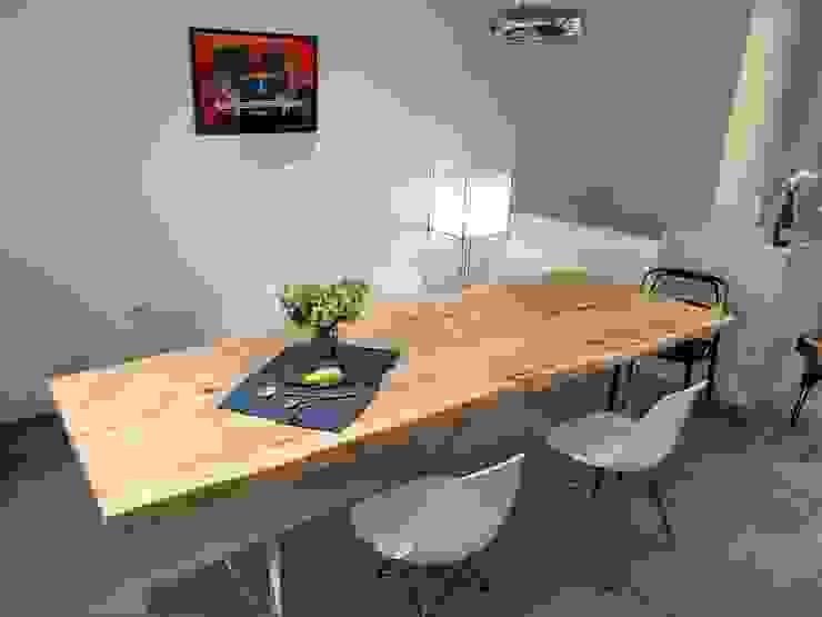 Massivholztisch auf Acryl-Tischbein: modern  von NovoFerro Designmöbelmanufaktur,Modern Massivholz Mehrfarbig