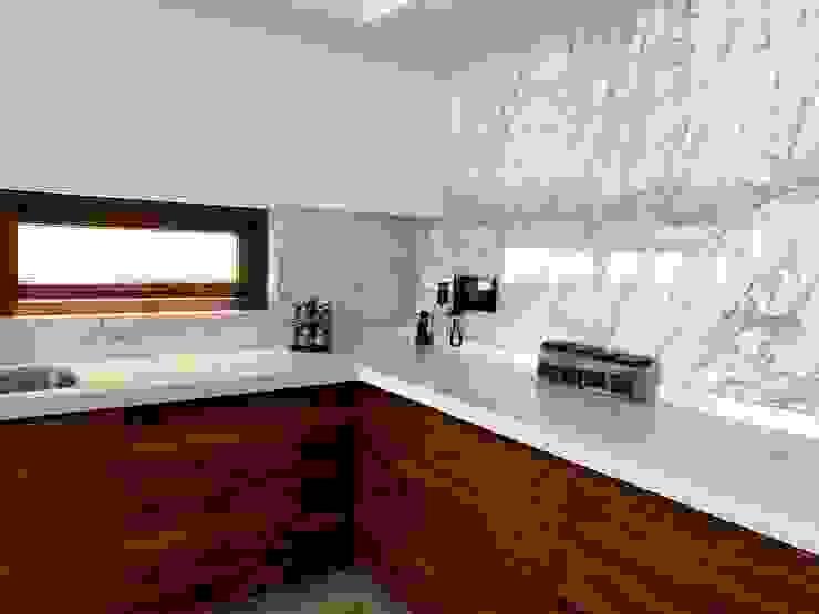 Cocina con luz natural DC Cocina Estudio Cocinas modernas Cuarzo Blanco