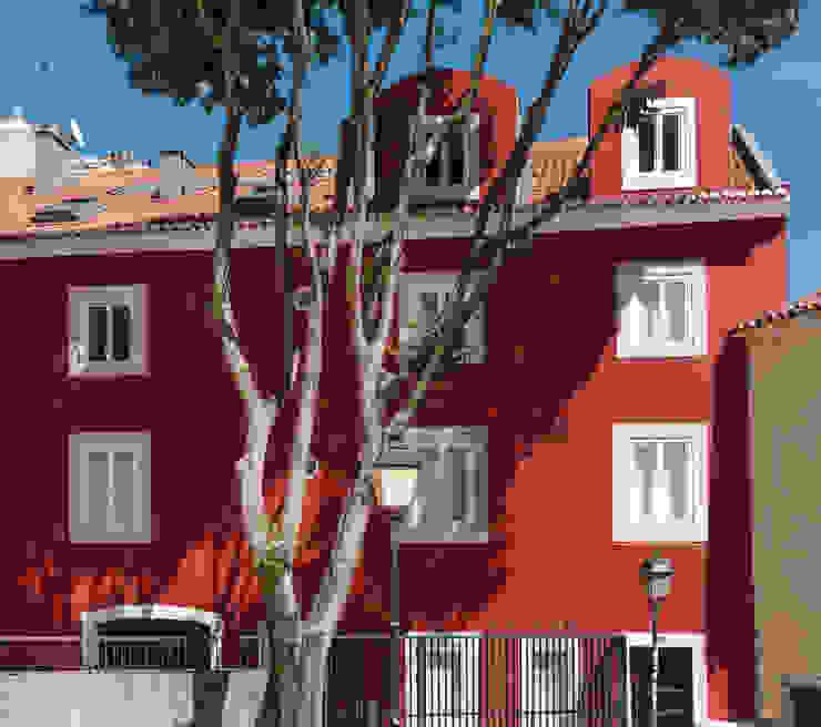 Vista entrada apartamentos Arkstudio Casas ecléticas