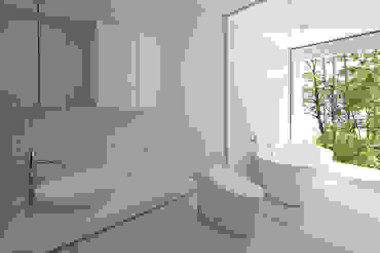 atelier137 ARCHITECTURAL DESIGN OFFICE Baños de estilo escandinavo Azulejos Blanco