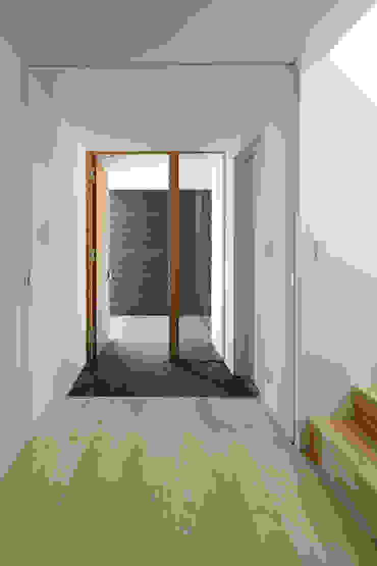atelier137 ARCHITECTURAL DESIGN OFFICE Pasillos, vestíbulos y escaleras de estilo escandinavo
