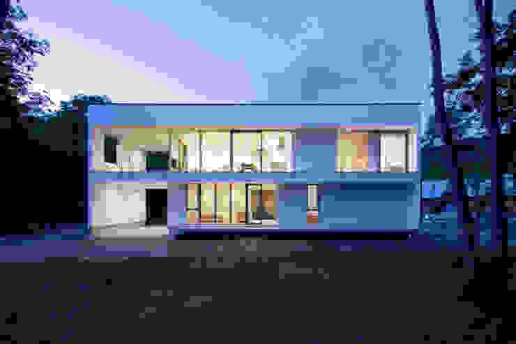 atelier137 ARCHITECTURAL DESIGN OFFICE Casas unifamiliares Vidrio Blanco