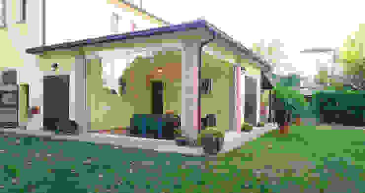 Vetrata scorrevole per portici New Time S.p.A. Balcone, Veranda & Terrazza in stile moderno Vetro