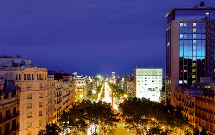VISTA DES DE LA TERRASSA Balcones y terrazas de estilo moderno de FARRIOL i COL.LABORADORS arquitectes Moderno