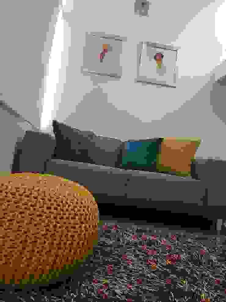 Sala de TV de Zoraida Zapata / Diseño Interior Ecléctico Algodón Rojo
