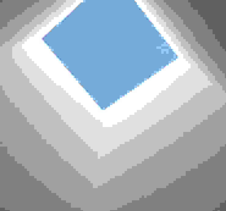 Pasillos, vestíbulos y escaleras de estilo moderno de Luís Duarte Pacheco - Arquitecto Moderno