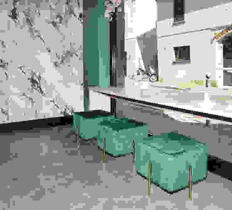 Le sedute riprendono il verde delle pareti Negozi & Locali commerciali moderni di viemme61 Moderno