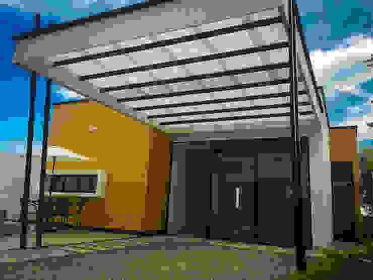 Entrada principal y garaje Puertas estilo rural de Nacad Arquitectos Rural Vidrio