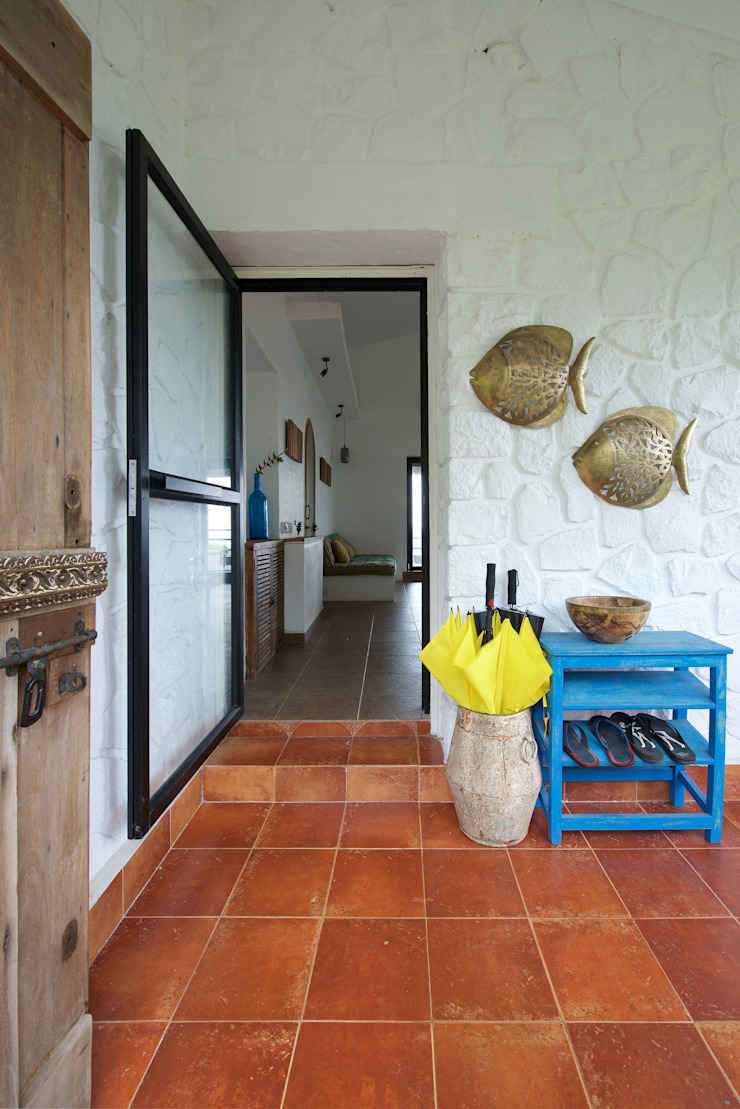 Entrance foyer by Ashleys Mediterranean Stone