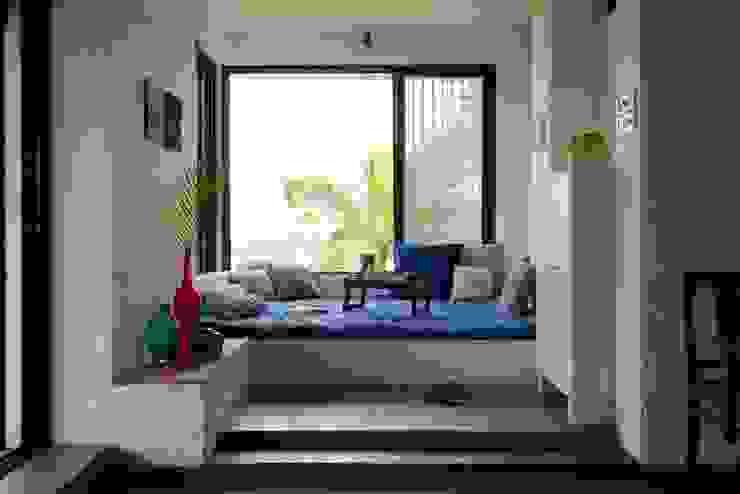 A lounge Mediterranean style houses by Ashleys Mediterranean Stone