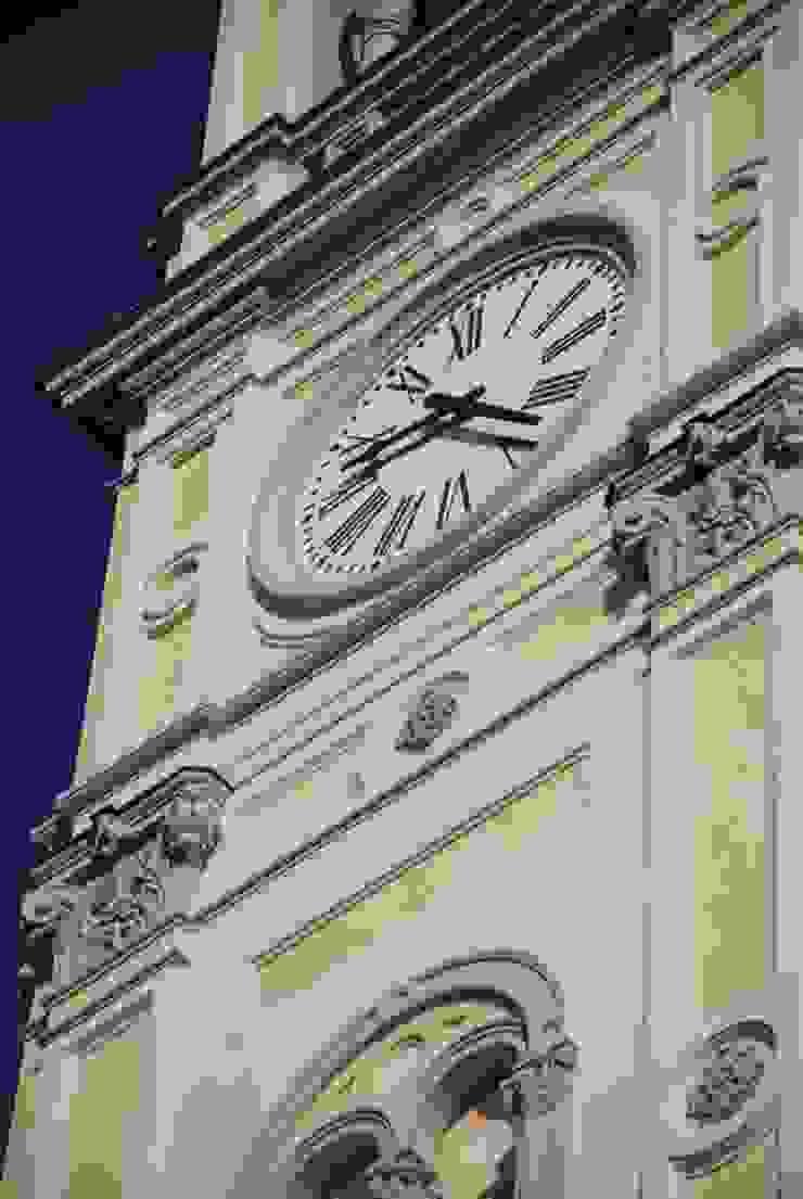 Dettaglio orologio Case moderne di C.M.E. srl Moderno