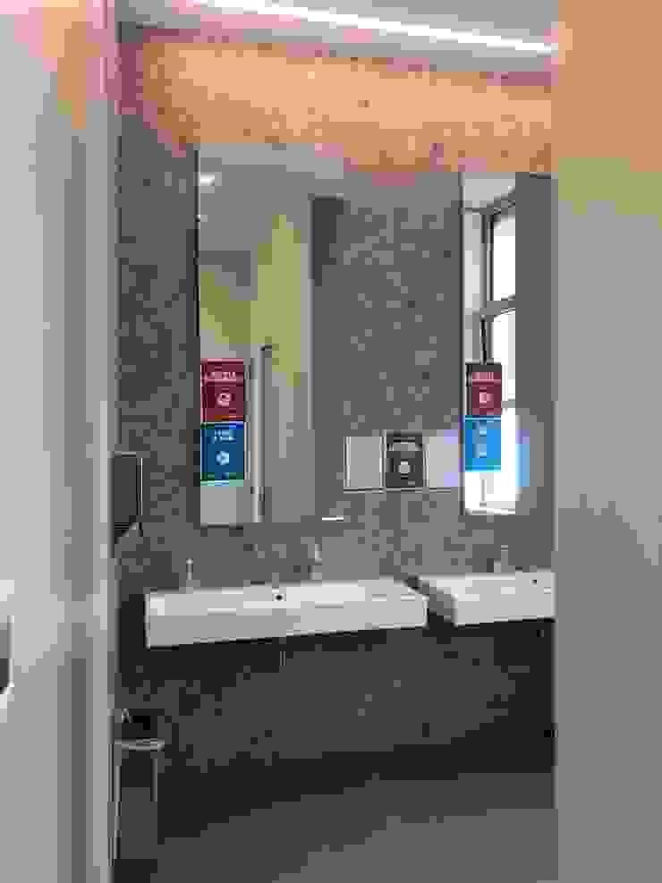 Baños de estilo moderno de C.M.E. srl Moderno
