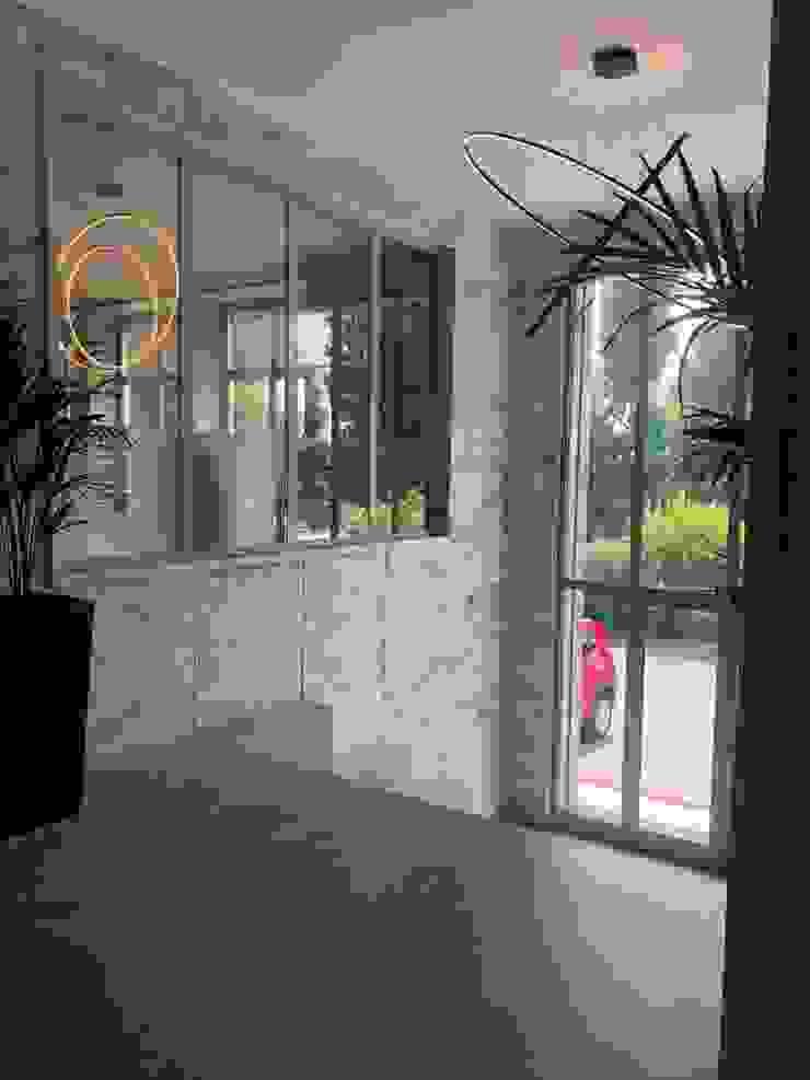 Dettaglio arredo ingresso uffici Ingresso, Corridoio & Scale in stile moderno di C.M.E. srl Moderno