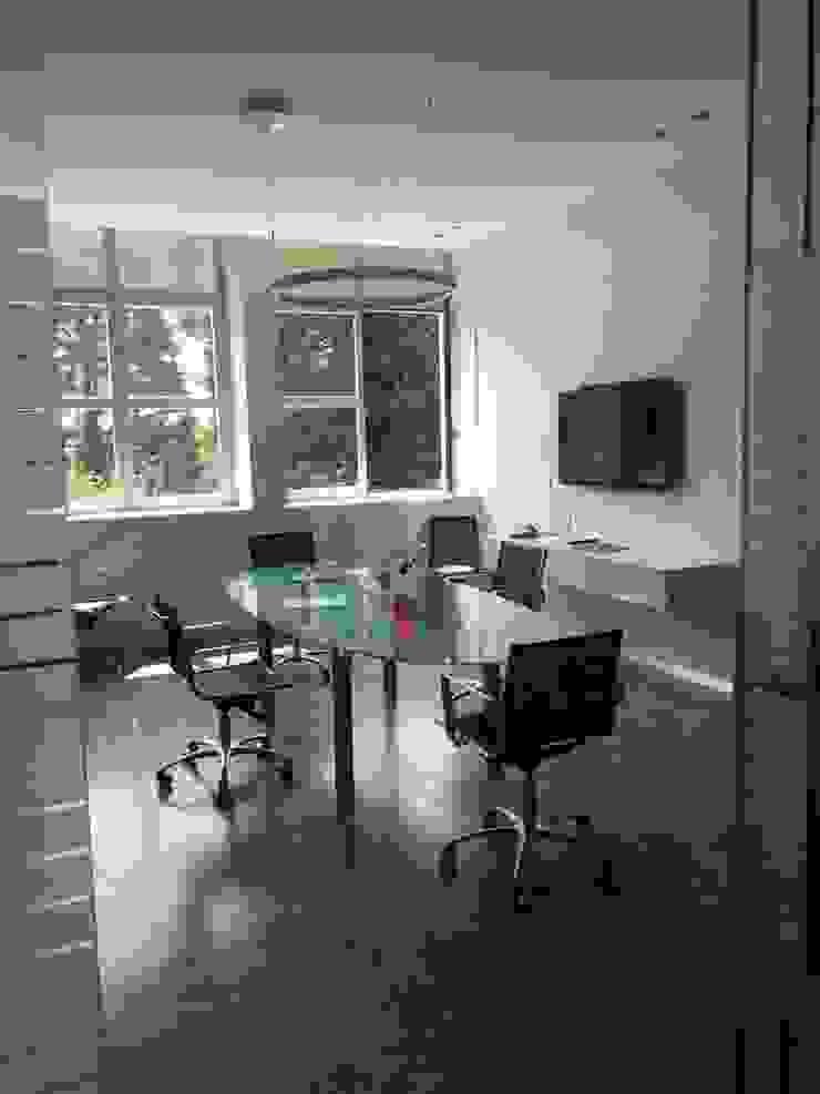Dettaglio arredo ufficio Studio moderno di C.M.E. srl Moderno