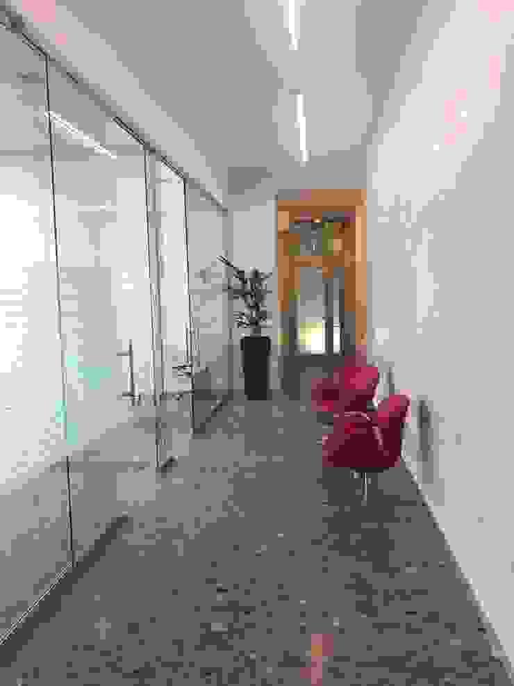 Pasillos, vestíbulos y escaleras de estilo moderno de C.M.E. srl Moderno