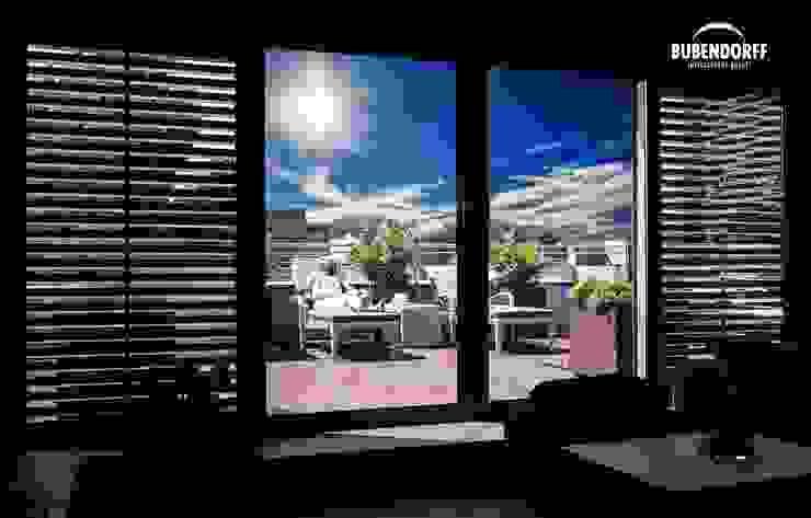 Inteligentne Rolety Bubendorff Puertas y ventanas de estilo moderno