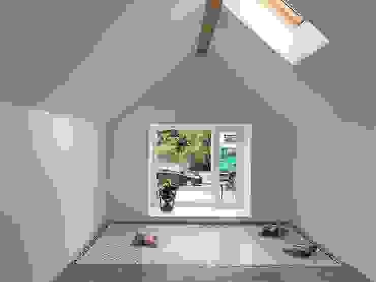 Innenraum - Boden geht in Netz über Moderne Wohnzimmer von archipur Architekten aus Wien Modern Ziegel
