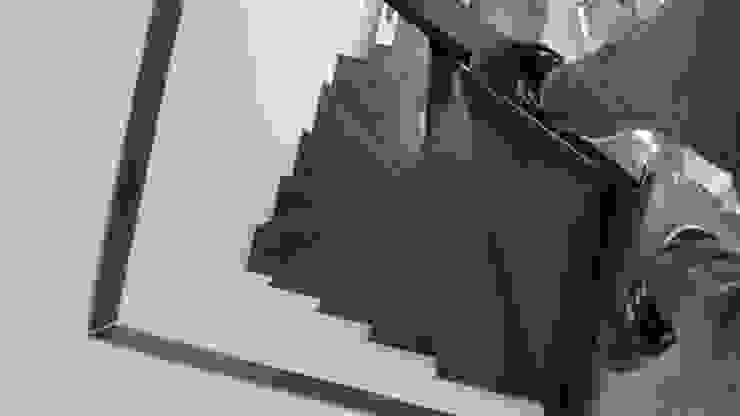 Vista dall'alto della scala a chiocciola Complesso d'uffici in stile industrial di Dr-Z Architects Industrial Ferro / Acciaio