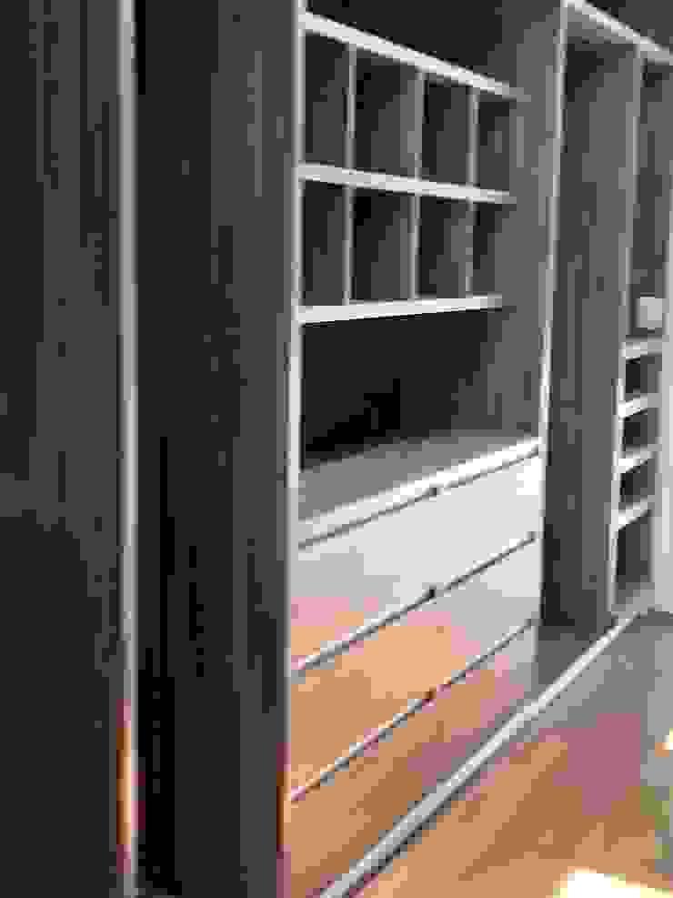 Alejandra Zavala P. Modern dressing room Wood Wood effect