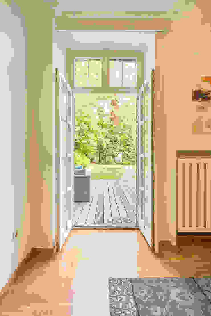 Ausgang auf die Terrasse Immotionelles Klassischer Flur, Diele & Treppenhaus
