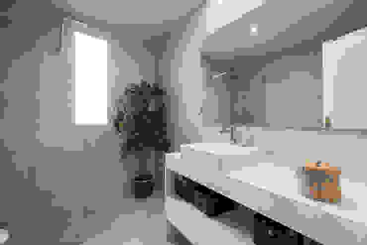 Baño principal Arquiteknum Consultores SL Baños de estilo minimalista Blanco