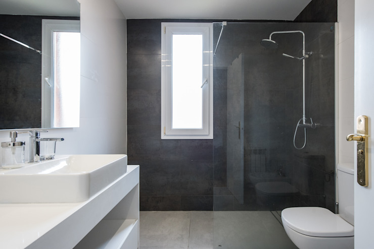 Reforma de baño Arquiteknum Consultores SL Baños de estilo minimalista