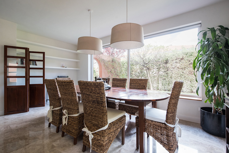 salón con ventanal Arquiteknum Consultores SL Salones de estilo moderno