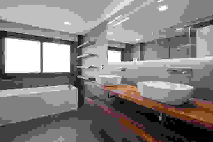 baño principal Arquiteknum Consultores SL Baños de estilo moderno
