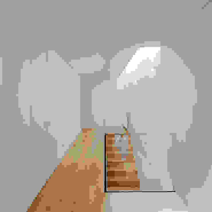 Tiago do Vale Arquitectos Minimalistischer Flur, Diele & Treppenhaus Massivholz Weiß