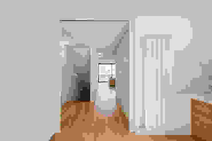 Tiago do Vale Arquitectos Minimalistischer Flur, Diele & Treppenhaus Holz Weiß