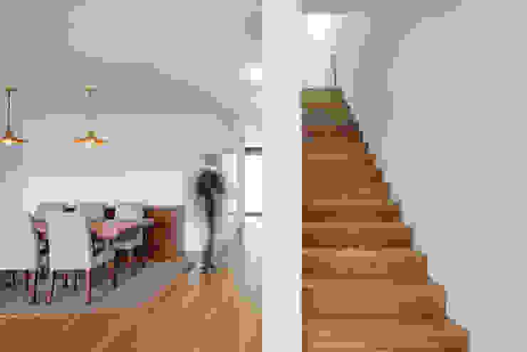 Tiago do Vale Arquitectos Minimalistische Wohnzimmer Massivholz Holznachbildung