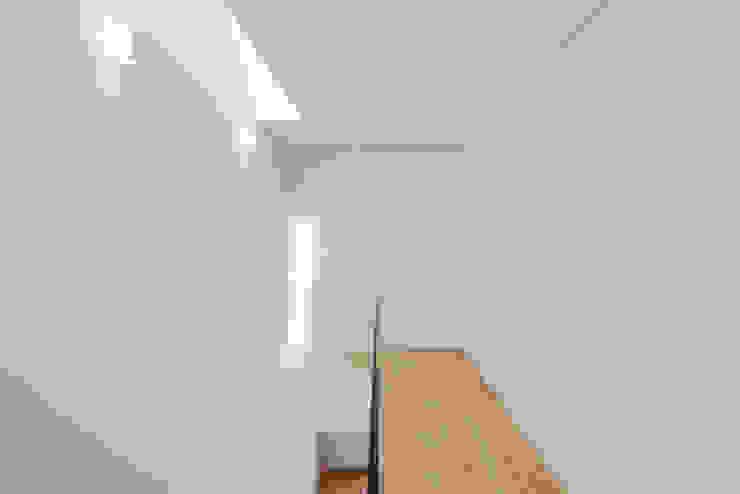 Tiago do Vale Arquitectos Minimalistischer Flur, Diele & Treppenhaus MDF Weiß
