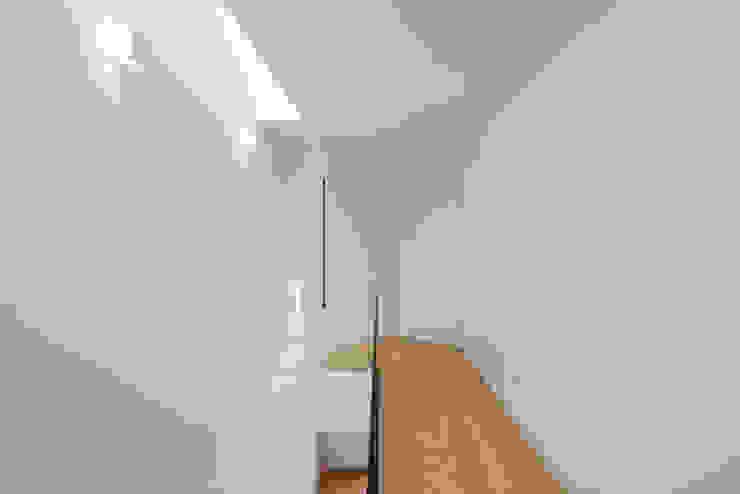 Tiago do Vale Arquitectos Treppe Massivholz Weiß