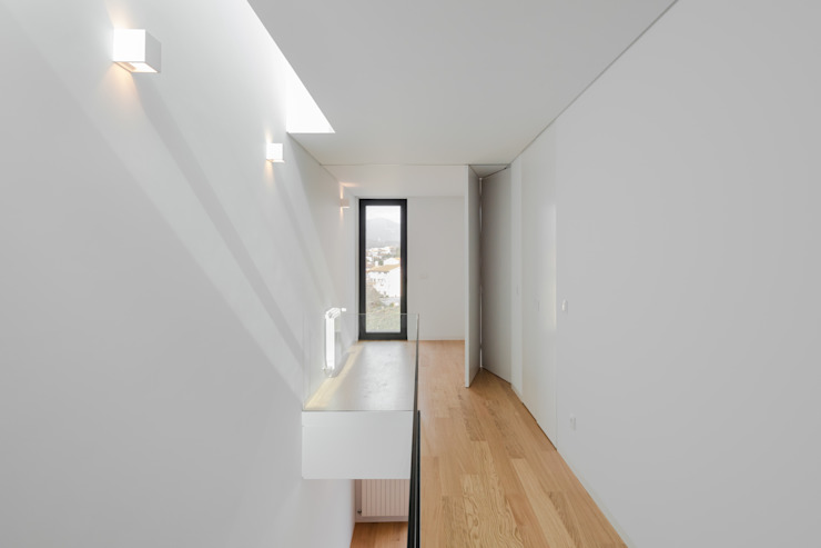 Tiago do Vale Arquitectos Minimalistische Arbeitszimmer Massivholz Weiß