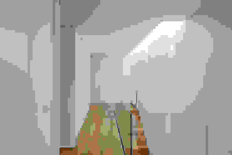 Tiago do Vale Arquitectos Minimalistischer Flur, Diele & Treppenhaus Massivholz Holznachbildung