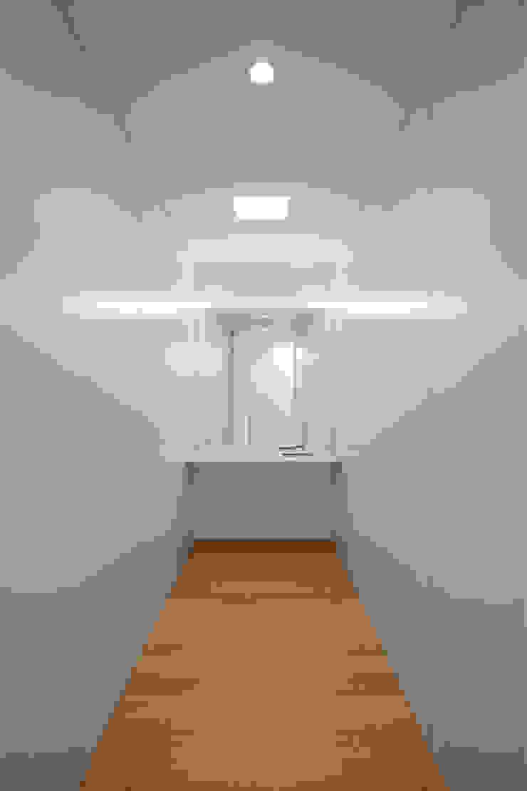 Tiago do Vale Arquitectos Minimalistische Ankleidezimmer Marmor Weiß