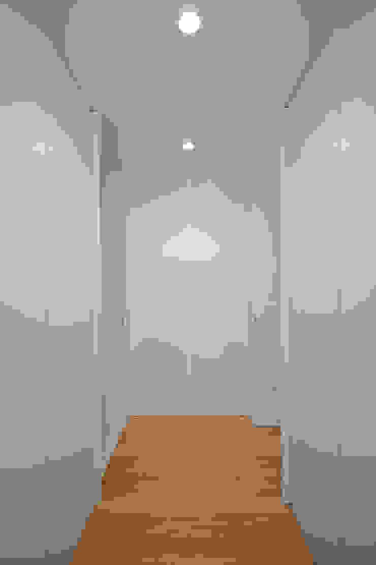 Tiago do Vale Arquitectos Minimalistische Ankleidezimmer MDF Weiß