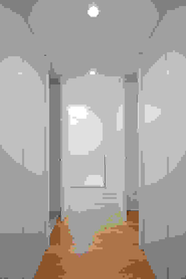 Tiago do Vale Arquitectos Minimalistische Ankleidezimmer Holz Weiß