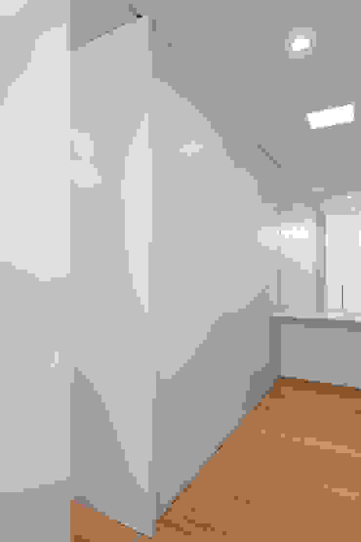 Tiago do Vale Arquitectos Minimalistische Ankleidezimmer Massivholz Holznachbildung