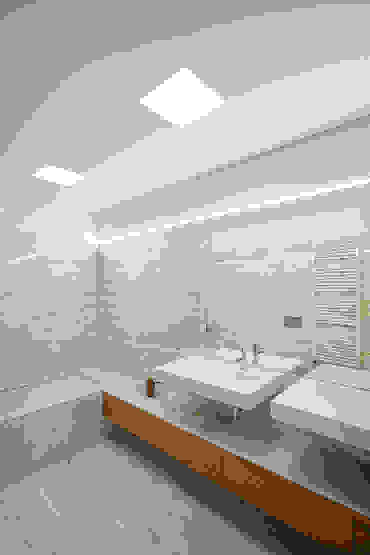 Tiago do Vale Arquitectos Minimalistische Badezimmer Holz Weiß