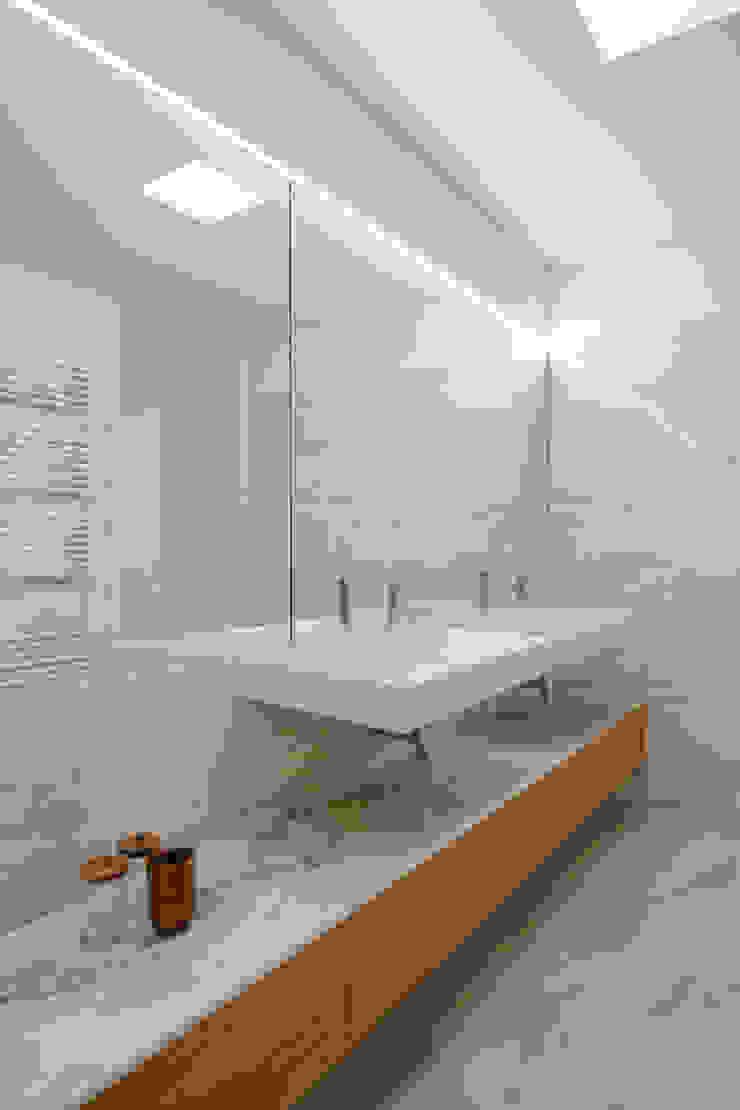 Tiago do Vale Arquitectos Minimalistische Badezimmer Marmor Holznachbildung