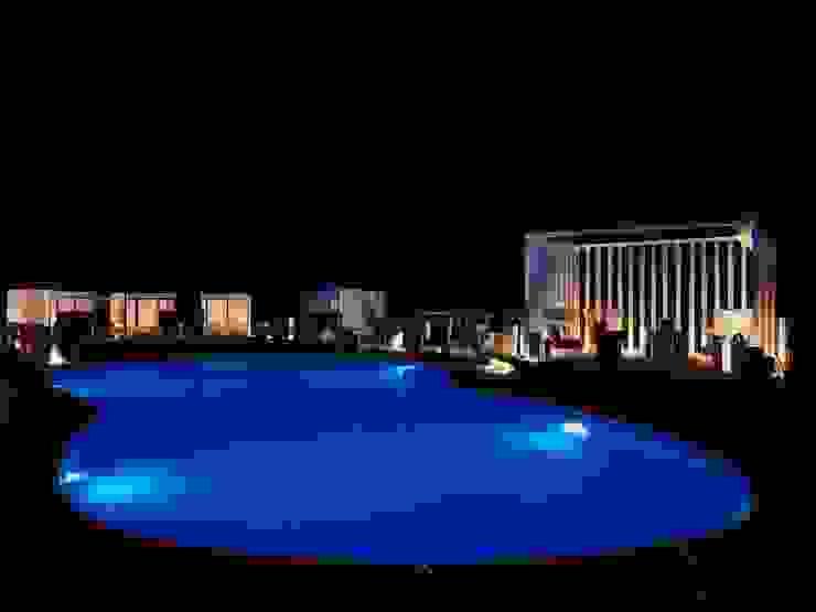 Swimming pool at night Hotel moderni di ROMAZZINO C.S. SERVICE SRL Moderno