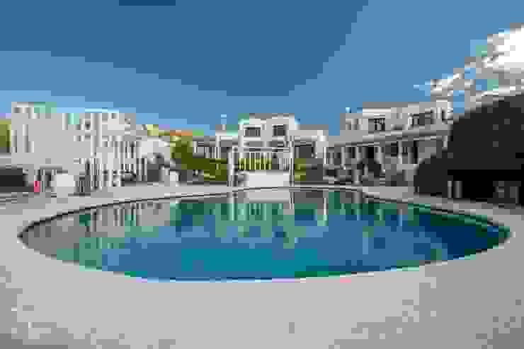 Swimming pool area Hotel moderni di ROMAZZINO C.S. SERVICE SRL Moderno