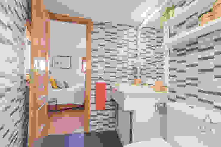 Home staging apartamento en venta, Plaza Mayor, Madrid Byta Espacios Baños de estilo moderno