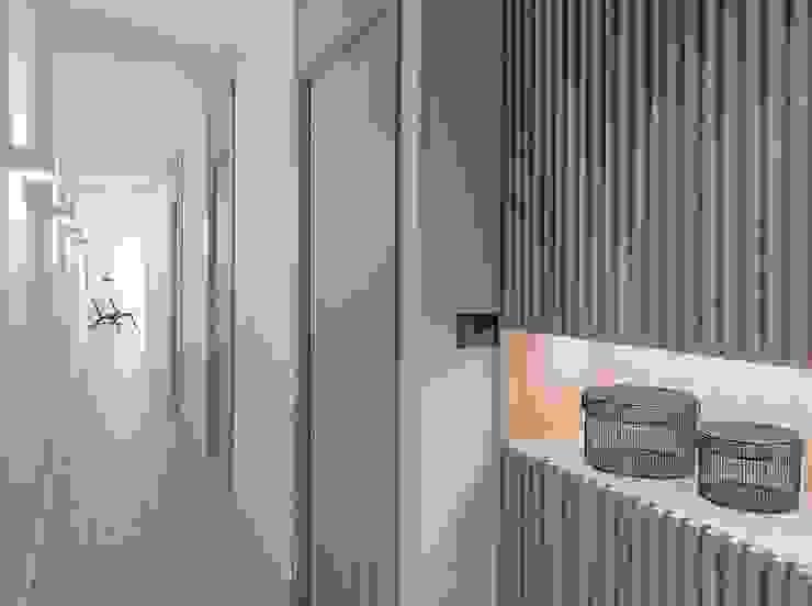 Zona de acceso MANUEL GARCÍA ASOCIADOS Pasillos, vestíbulos y escaleras de estilo moderno Acabado en madera
