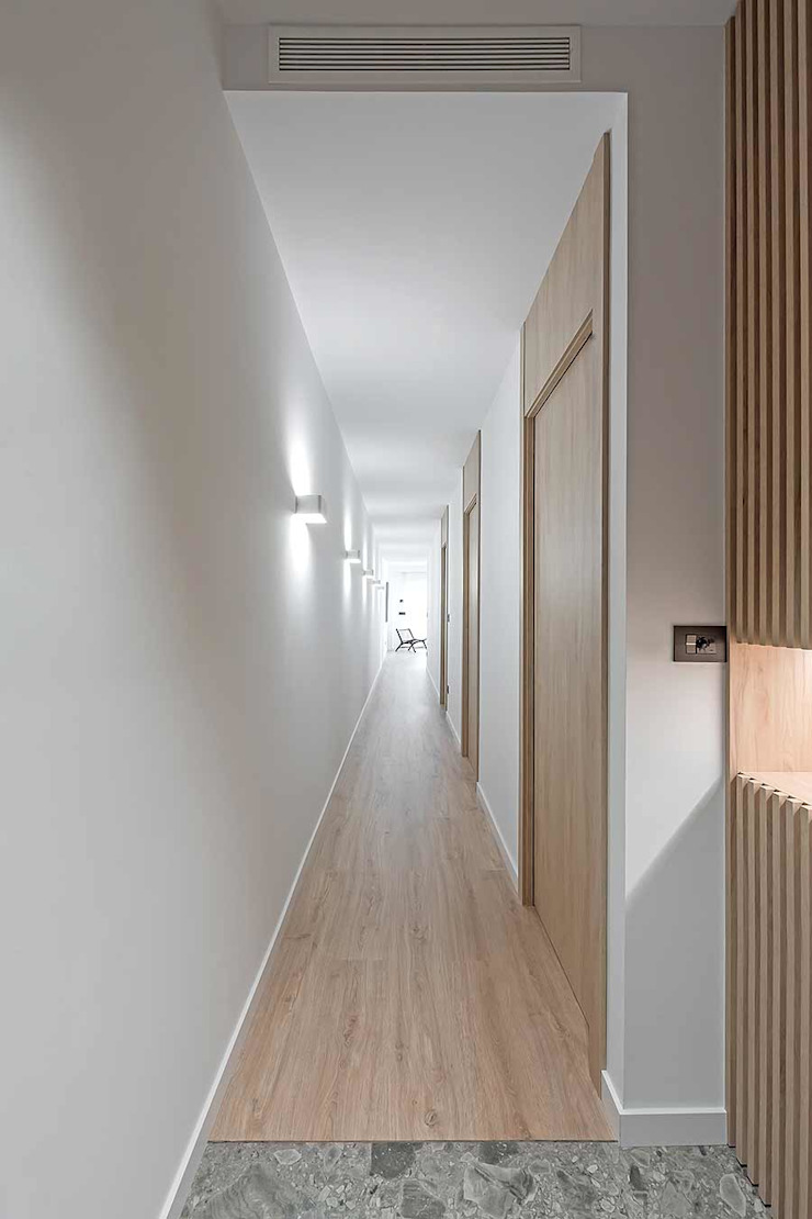 Pasillo con elementos elistonados MANUEL GARCÍA ASOCIADOS Pasillos, vestíbulos y escaleras de estilo moderno Acabado en madera